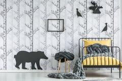 Dormitorio del ` s del niño con adorno del bosque Fotos de archivo libres de regalías