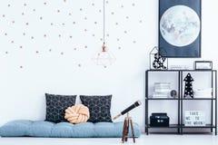 Dormitorio del ` s del niño con el colchón azul Imagenes de archivo