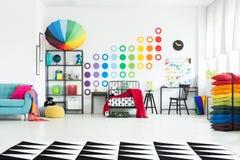 Dormitorio del ` s del niño con el paraguas colorido Imágenes de archivo libres de regalías