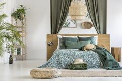 Dormitorio del ` s del viajero con adorno floral Foto de archivo libre de regalías
