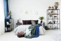 Dormitorio del vintage con las plantas Imagenes de archivo