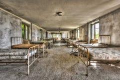 Dormitorio dilapidato in un ospedale infantile abbandonato Fotografie Stock Libere da Diritti