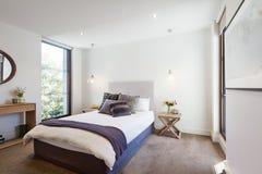 Dormitorio diseñado interior de lujo con las almohadas cómodas y el tiro ru fotografía de archivo