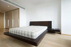 Dormitorio doble moderno foto de archivo libre de regalías