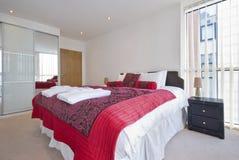 Dormitorio doble moderno con el guardarropa Foto de archivo libre de regalías