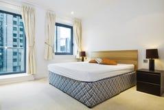 Dormitorio doble moderno con la cama gigante Imagen de archivo libre de regalías