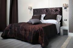 Dormitorio elegante Fotos de archivo libres de regalías