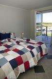 Dormitorio elegante con el océano view.JH fotografía de archivo