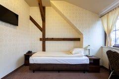 Dormitorio elegante con la adición de madera Fotografía de archivo