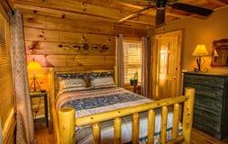 Dormitorio en cabaña de madera Imagenes de archivo