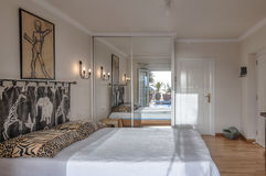 Dormitorio en el chalet Imágenes de archivo libres de regalías