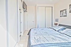 Dormitorio en el chalet moderno Fotografía de archivo libre de regalías