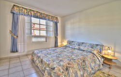 Dormitorio en el chalet moderno Fotos de archivo libres de regalías