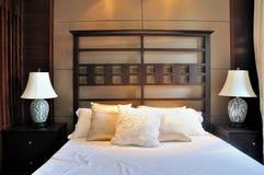 Dormitorio en estilo oriental de la decoración Foto de archivo libre de regalías
