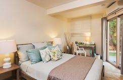 Dormitorio en hogar contemporáneo fotos de archivo
