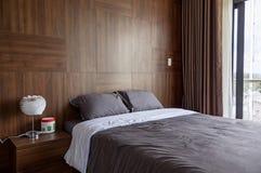 Dormitorio en los diseños del hogar foto de archivo