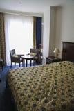 Dormitorio en oro y colores azules Fotografía de archivo libre de regalías