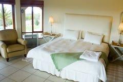 Dormitorio en un chalet de lujo Fotos de archivo libres de regalías