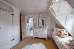 Dormitorio encantador en cabaña del siglo XVI Fotografía de archivo