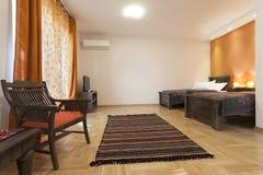 Dormitorio espacioso con dos solas camas Imagen de archivo libre de regalías