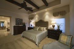 Dormitorio espacioso con el techo emitido en casa Fotografía de archivo libre de regalías