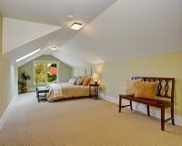 Dormitorio espacioso con el techo saltado y las paredes ligeras de la menta Imagen de archivo