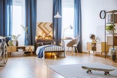Dormitorio espacioso con muebles de madera Fotografía de archivo libre de regalías