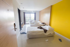 Dormitorio estorbado, dormitorio privado del primer, cierre encima de la vista del hotel del dormitorio, dormitorio del primer po Fotos de archivo