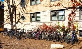 Dormitorio exterior parqueado bicis de la Universidad Northwestern imagen de archivo libre de regalías