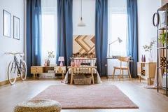 Dormitorio femenino con el escritorio Fotografía de archivo libre de regalías