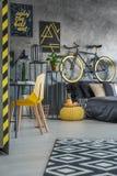 Dormitorio gris funcional con la cama Imágenes de archivo libres de regalías