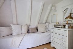 Dormitorio hermoso de la cabaña con la decoración sombreada blanco Fotografía de archivo libre de regalías