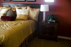 Dormitorio hermoso del hogar o del hotel Fotografía de archivo libre de regalías