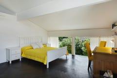 Dormitorio interior, cómodo Imágenes de archivo libres de regalías