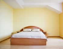 Dormitorio interior, cama fotografía de archivo