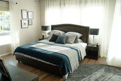 Dormitorio interior del estilo moderno con las almohadas imagenes de archivo