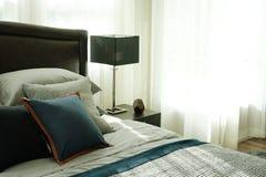 Dormitorio interior del estilo moderno con las almohadas foto de archivo
