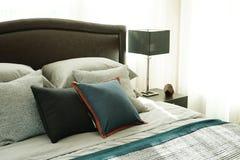 Dormitorio interior del estilo moderno con las almohadas imagen de archivo