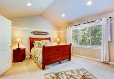 Dormitorio ligero con el techo saltado Imagen de archivo