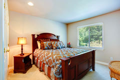 Dormitorio ligero con muebles tallados madera Imágenes de archivo libres de regalías