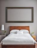 Dormitorio limpio y moderno hermoso Imágenes de archivo libres de regalías