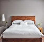 Dormitorio limpio y moderno hermoso Fotos de archivo