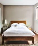 Dormitorio limpio y moderno hermoso Fotografía de archivo libre de regalías