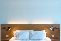 Dormitorio limpio y moderno hermoso Foto de archivo