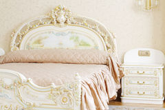 Dormitorio lujoso con la cama matrimonial y la tabla de cabecera blancas Foto de archivo libre de regalías