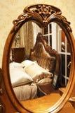 Dormitorio lujoso a ver del espejo Imágenes de archivo libres de regalías