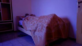 Dormitorio maduro insomne del hombre metrajes