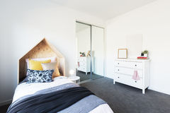 Dormitorio magnífico del ` s de la chica joven diseñado maravillosamente fotos de archivo
