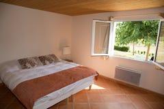 Dormitorio magnífico en un color brillante y un estilo moderno, Imagen de archivo