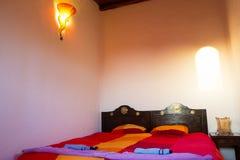Dormitorio marroquí auténtico en riad tradicional foto de archivo
